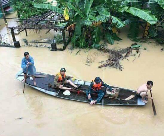 Đường sá biến thành sông phải dùng thuyền di chuyển