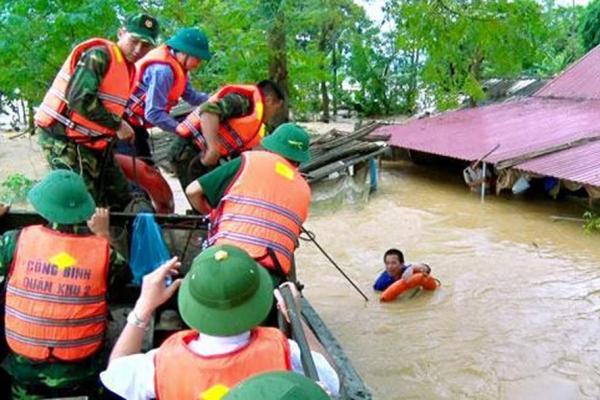 Cứu hộ người dân bị lũ tại Tam Nông (tỉnh Phú Thọ). Ảnh: TTXVN