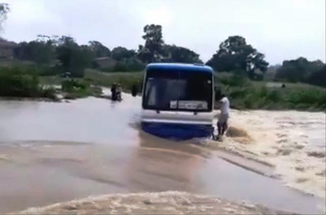 Chiếc xe khách bị chết máy giữa dòng nước lũ.