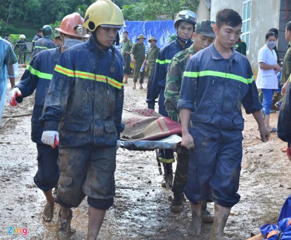 Lực lượng cứu nạn tìm kiếm người mất tích trong vụ sạt lở đất ở Khanh, xã Phú Cường, huyện Tân Lạc, tỉnh Hòa Bình. Ảnh: Lê Hiếu.
