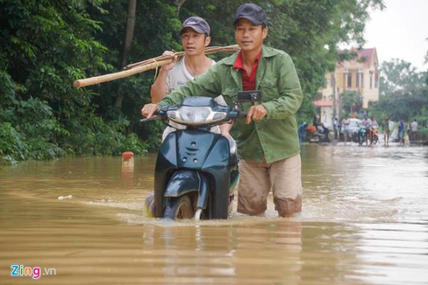 Nhiều tuyến đường ở Thanh Hóa bị ngập nặng. Ảnh: Phạm Trường.