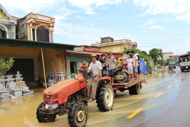 Nhiều hộ dân còn đùng máy cày để chở người và phương tiện giao thông