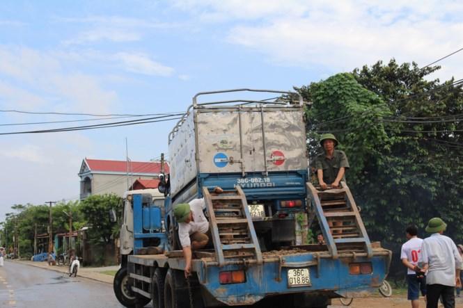 Xe bán tải, xe con được chở qua với giá 200 nghìn đồng