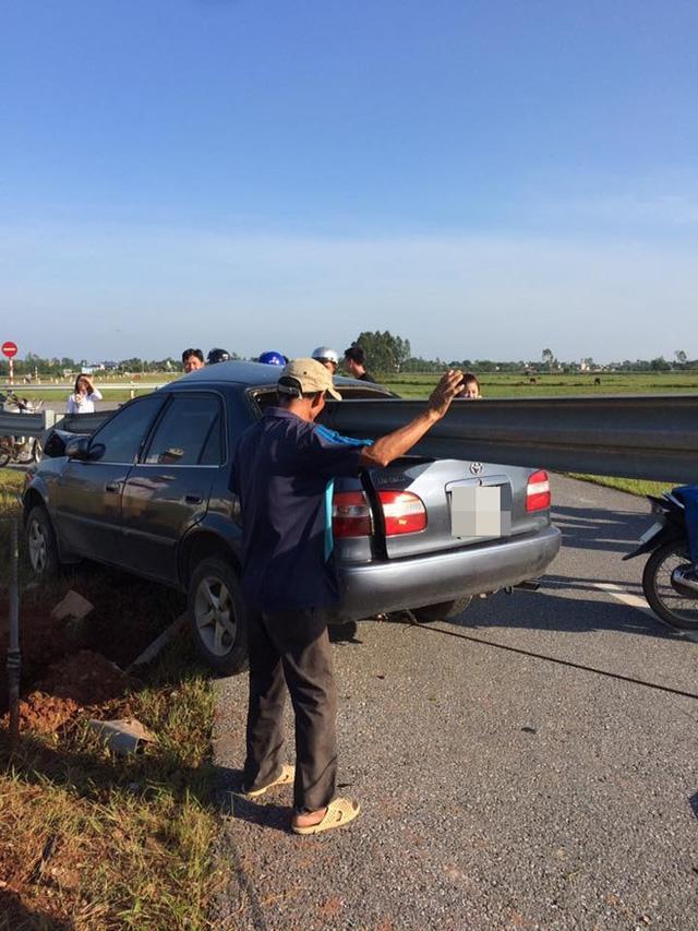 Xe ô tô 4 chỗ đâm vào thanh chắn đường.