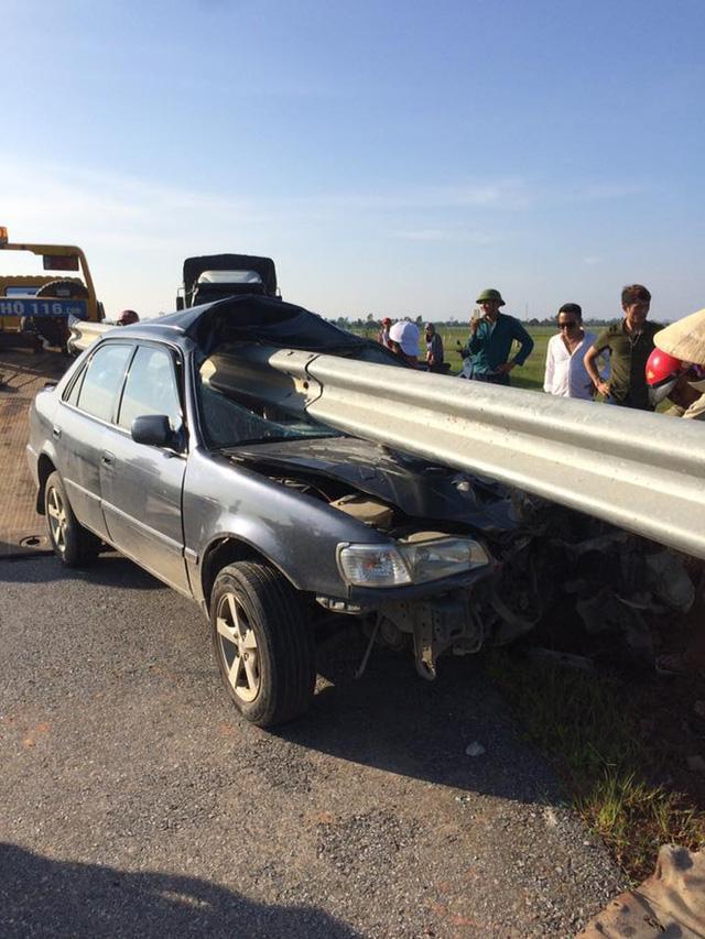 Theo người chứng kiến chia sẻ, 2 người ngồi trên xe rất may mắn không gặp chấn thương quá nghiêm trọng.