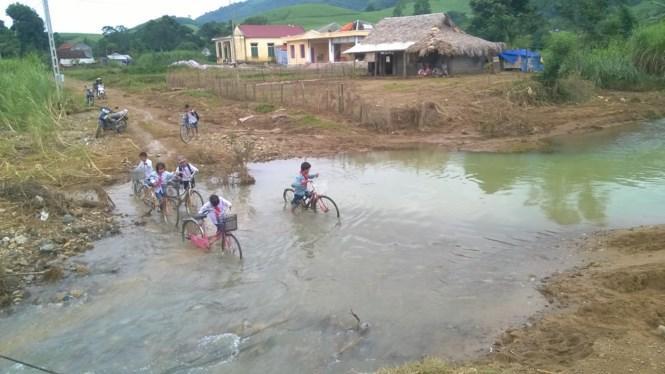 Nhiều học sinh xã Lương Sơn, huyện Thường Xuân vẫn chưa thể trơ lại lớp học. Ảnh: Hoàng Lam.