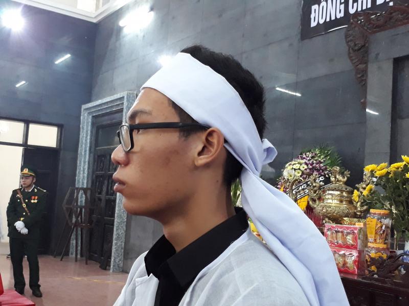 Cháu Cao Đăng Trung Kiên (con trai thượng tá C.) nghẹn ngào tiễn biệt cha