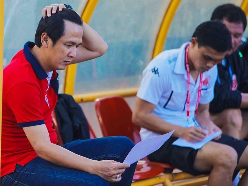 Thầy trò Petrovic sắp sửa giã biệt giấc mộng vô địch sau trận thua Than Quảng Ninh trong khi HLV Minh Phương và cầu thủ Long An chuẩn bị về chơi giải hạng nhất. Ảnh: HUY PHẠM - QUANG THẮNG