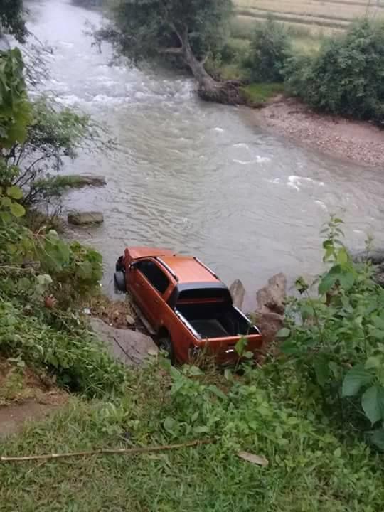 Chiếc xe bán tải của nạn nhân Phạm Thanh Bình dưới suối.