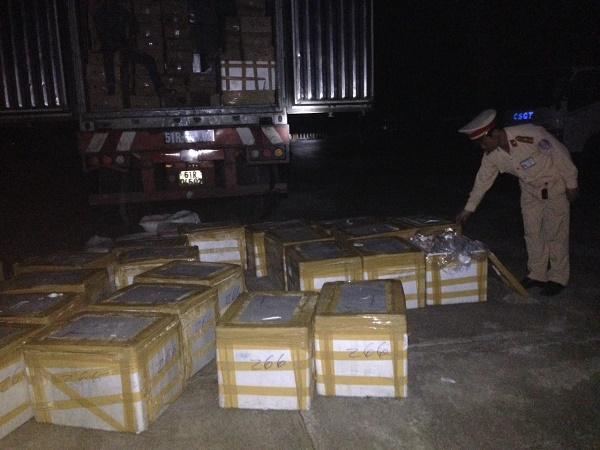 Lực lượng chức năng kiểm tra số hàng hóa vi phạm