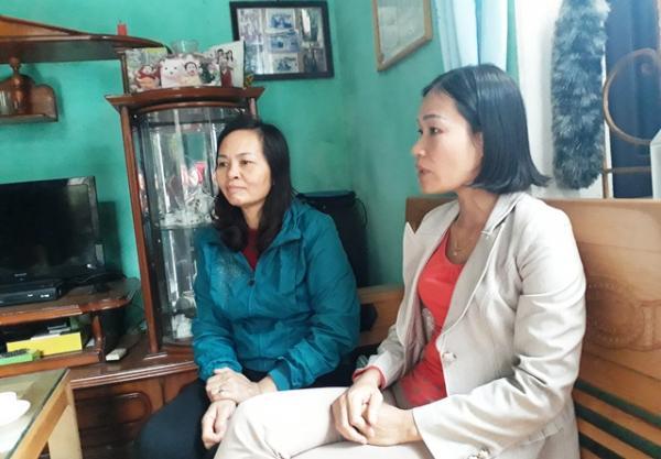 Chị Hà (áo xanh) và chị Hiền trao đổi với phóng viên