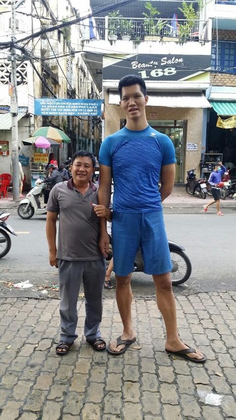 Anh Tú đứng cạnh một người cao 1,65m