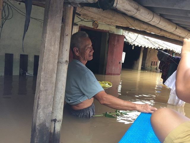 Ông Nguyễn Hữu Mở trước căn nhà ngập nước (ảnh chụp ngày 10/10/2017). Ảnh: Ngọc Hưng