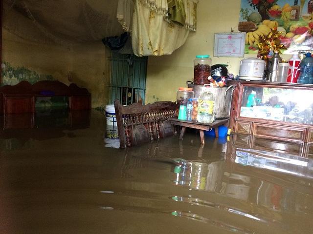 Nước ngập sâu khiến tài sản của người dân bị thiệt hại đáng kể (ảnh chụp ngày 10/10/2017).