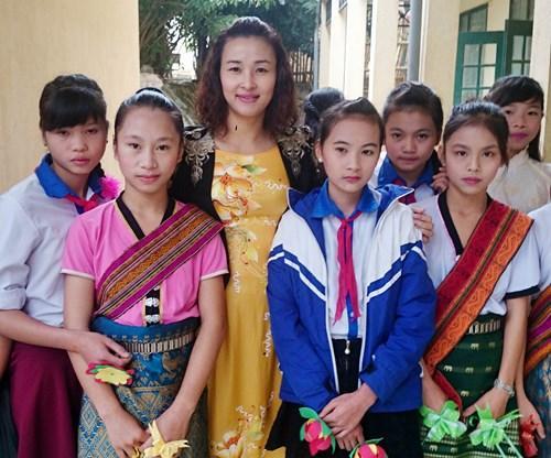 Cô Nguyễn Thị Cúc bên các em HS Trường THCS Hiền Kiệt, huyện vùng cao Quan Hóa (Thanh Hóa)