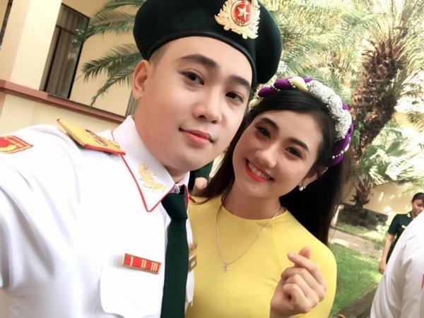 Huyền Thương sở hữu gương mặt xinh đẹp, selfie cùng Đào Hùng - bạn học của Huyền Thương, đồng thời là chàng trai đánh guitar trong clip