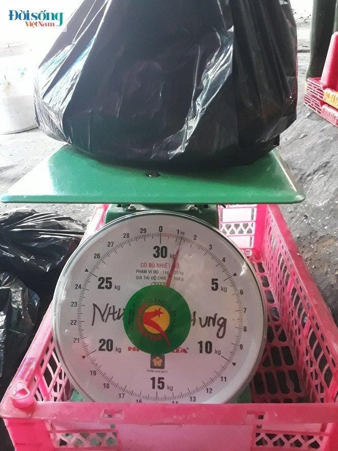 Sau khi mua 1,6kg cá nục tại chợ Còng nhưng khi khách hàng đem đi cân lại chỉ còn 1,3kg