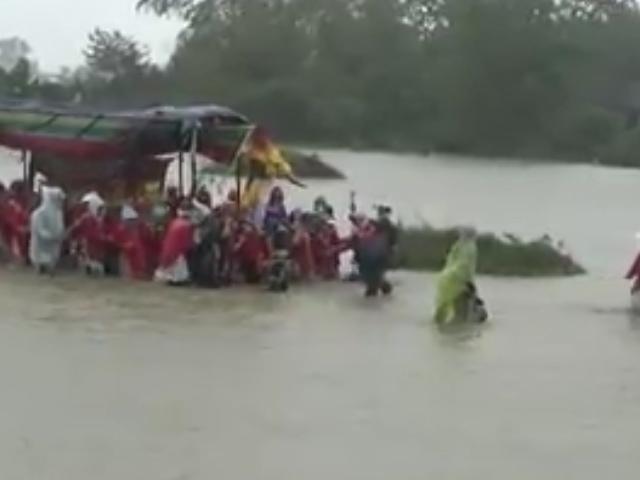Một đám tang vội vàng và gặp nhiều khó khăn giữa cơn mưa lũ ở Huế đã khiến người xem không khỏi xót xa
