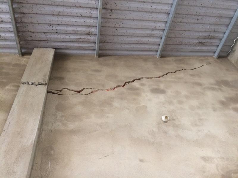 Nhiều vết nứt dài xuất hiện trên tường hộ gia đình ông Nguyễn Hữu Tư.
