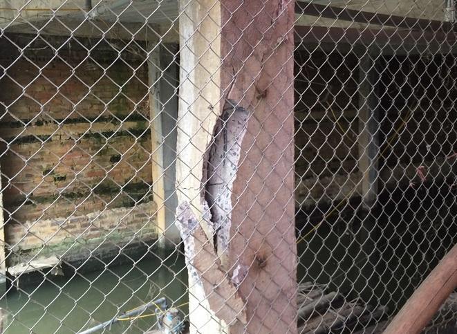 Cột bê tông cốt thép cũng bị nứt gãy.