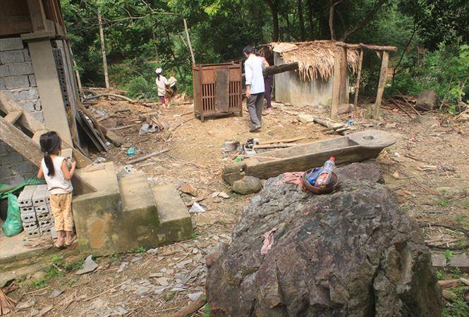 hiều hộ dân ở bản Mướp, xã Hồi Xuân, huyện Quan Hóa (Thanh Hóa) phải di dời nhà cửa vì đá lăn từ trên núi xuống khu dân cư. Ảnh: Hoàng Lam.