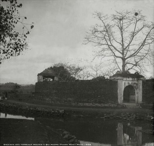Bên ngoài lăng miếu Triệu Tường ở Gia Miêu Ngoại Trang, nơi đặt lăng mộ tổ tiên nhà Nguyễn ở Quý Hương, Quý Huyện (nay là xã Hà Long, huyện Hà Trung), Thanh Hóa tháng 3/1926. Ảnh tư liệu.