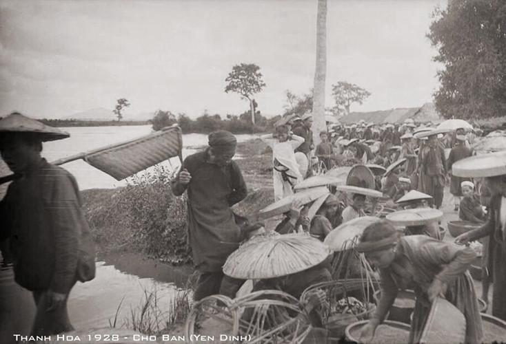 Một chợ bản ở Yên Định, Thanh Hóa năm 1928. Ảnh tư liệu.