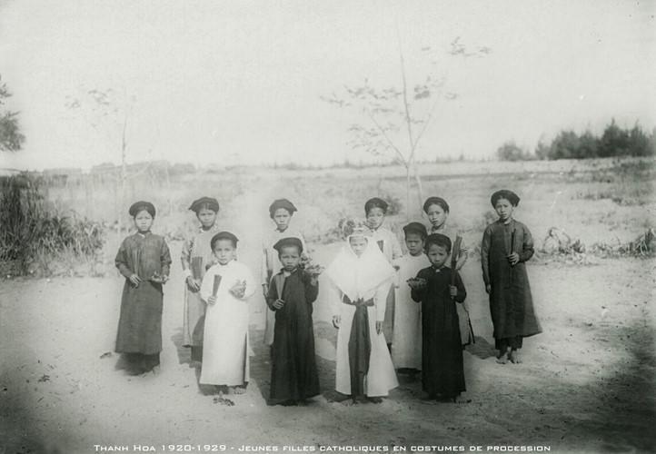 Những bé gái đạo Công giáo trong trang phục đám rước ở Thanh Hóa thập niên 1920. Ảnh tư liệu.
