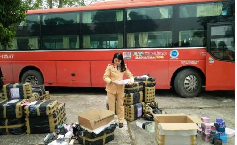 Lực lượng CSGT thu giữ số nước hoa không nguồn gốc