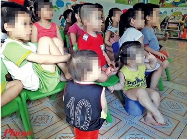 Các bé trong trường mầm non Mầm Xanh được cho xem hoạt hình để trật tự chứ không hề có hoạt động dạy học