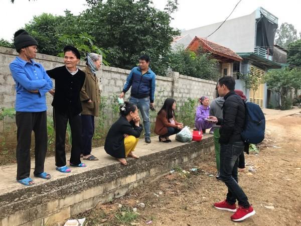 Rất đông người dân có mặt tại nhà anh Thuận bàn tán xôn xao.