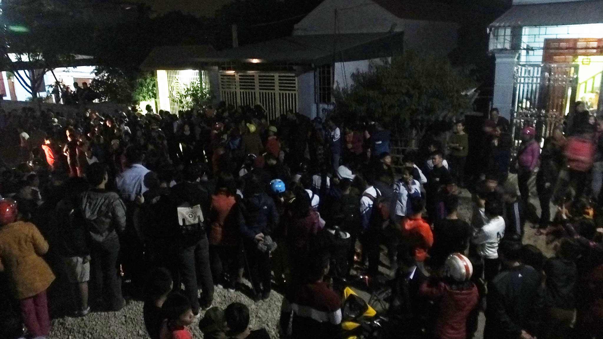 Rất đông người dân tập trung trước khu vực nhà anh Thuận tối 28/11