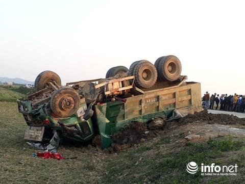 Chiếc xe Howo lật ngửa sau khi va chạm.
