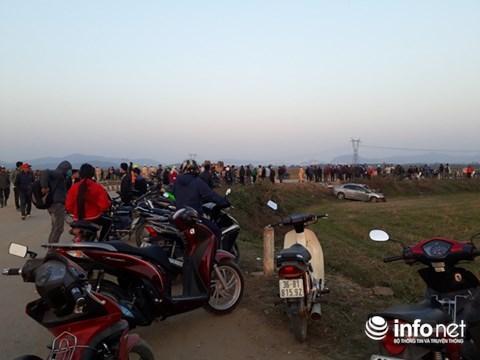 Hàng trăm người dân hiếu kỳ kéo đến theo dõi vụ việc.