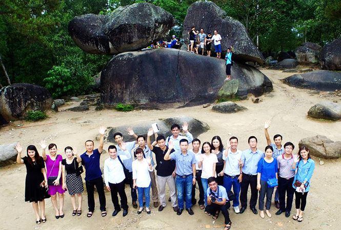 Du khách chụp ảnh lưu niệm tại hòn Trống Mái- Sầm Sơn (Thanh Hóa).