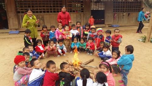 Các khu lẻ làm bằng tranh tre gỗ dễ cháy nên các cô không dám đốt lửa trong nhà mà phải mang củi ra ngoài sân để đốt lửa cho học sinh ngồi sưởi ấm