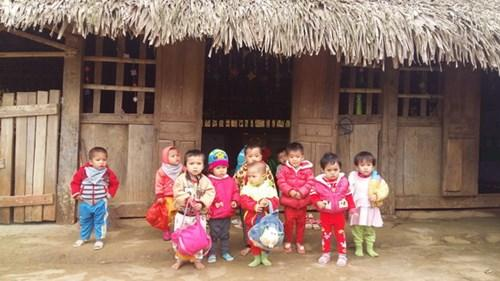 Các em học sinh ở trường Mầm non Tam Thanh, xã Tam Thanh, huyện Quan Sơn hiện đang học trong những lớp học tranh tre nứa lá tạm bợ, rét buốt, không điện.