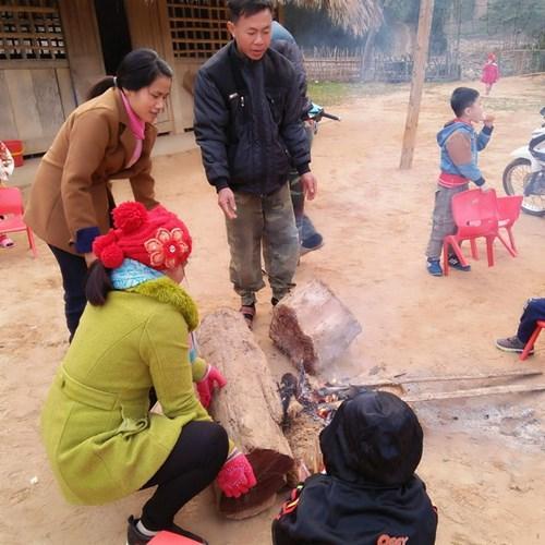 Hàng năm, đã rất nhiều năm rồi mỗi khi vào mùa đông lạnh, các cô giáo lại chia nhau đi quanh bìa rừng để nhặt củi hoặc vào bản xin củi về đốt lửa sửi ấm cho học sinh.