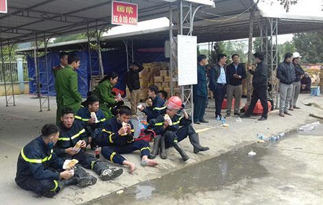 Phút nghỉ ngơi hiếm hoi của lính cứu hỏa sau nhiều giờ chữa cháy xưởng bánh kẹo