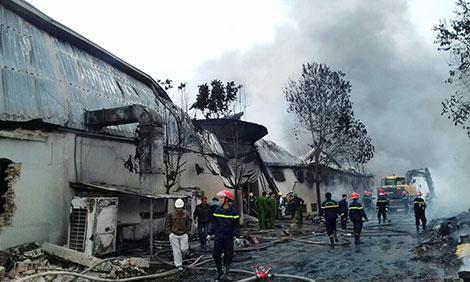 Lính cứu hỏa phun nước làm mát đám cháy