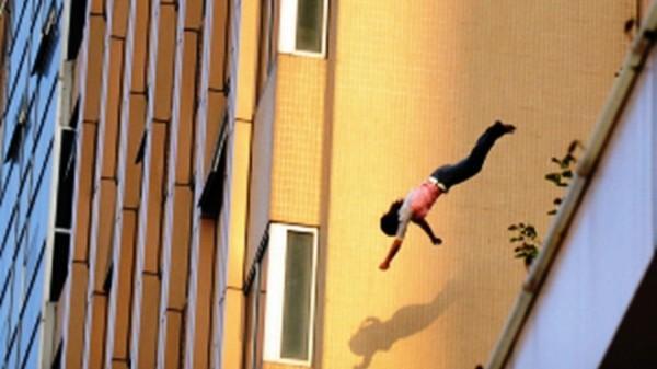 Nghi ngờ vợ ngoại tình, người chồng liền nhấc bổng ném vợ ra ngoài từ cửa sổ tầng 2. Ảnh minh họa