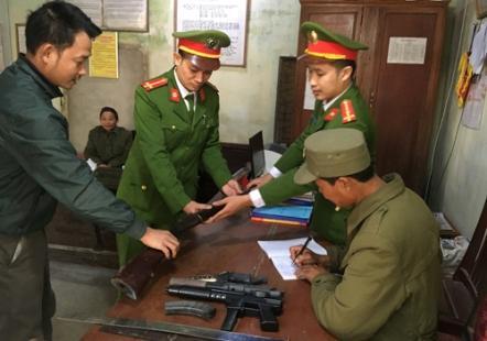 Người dân xã Đông Thanh giao nộp súng tự chế