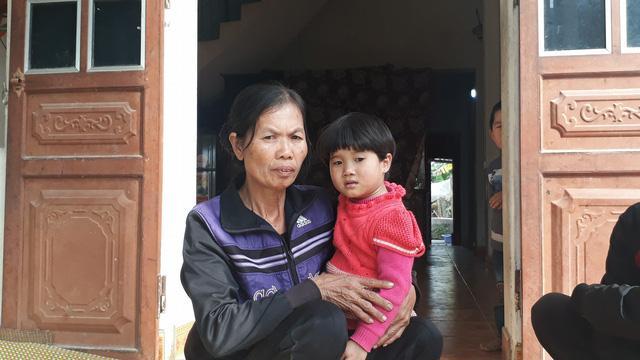 Bà Nguyễn Thị Huyên, 59 tuổi, mẹ chồng nạn nhân Dương Thị Ngọc Tâm cùng đứa con gái 3 tuổi của chị Tâm.