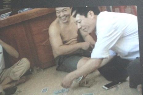 Lãnh đạo xã đánh bạc tại công sở. Ảnh cắt từ clip