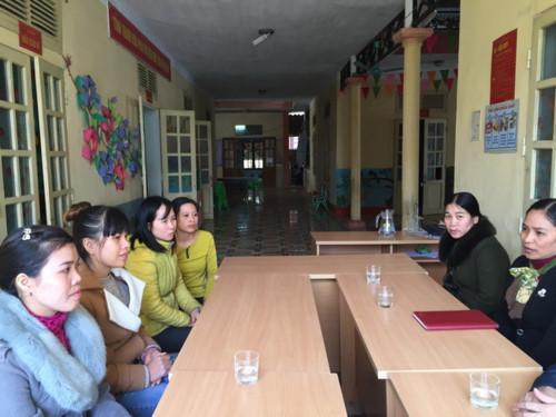 Ban giám hiệu, giáo viên, nhân viên Trường mầm non Thọ Diên đang phải làm việc ngoài hành lang, nhường phòng cho học sinh