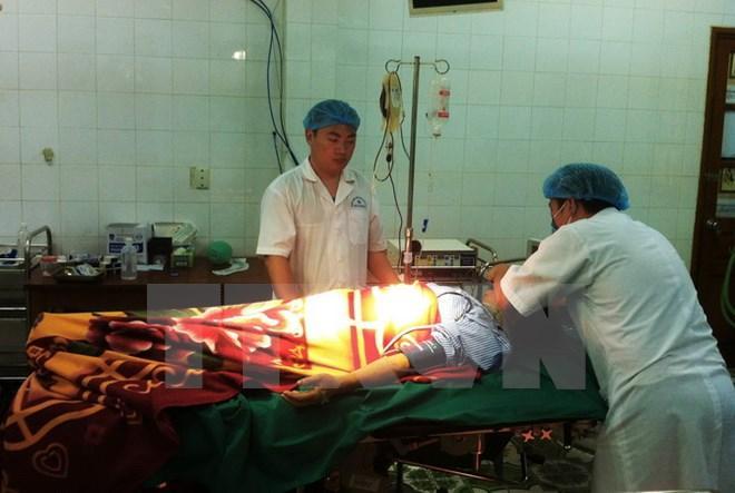 Trung tâm y tế quân dân y Bạch Long Vĩ, thành phố Hải Phòng tiếp nhận một ngư dân. (Ảnh: Nguyễn Văn Quân/TTXVN)