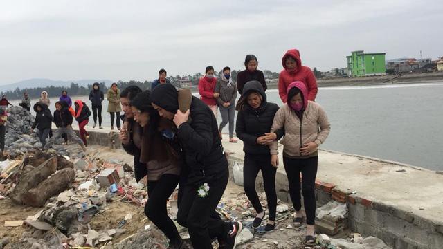 Người thân và gia đình người bị nạn khóc thương trước 8 nạn nhân xấu số.