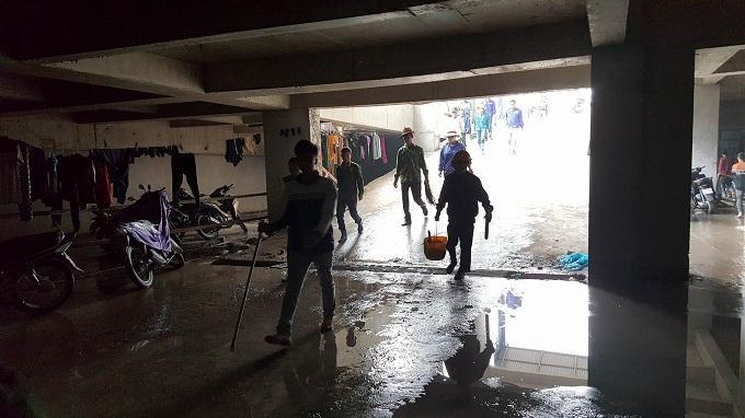 Các công nhân di chuyển về lán tạm dưới tầng hầm nghỉ ngơi. Ảnh: Nhật Linh