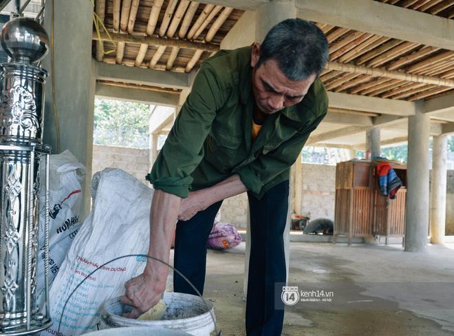 Sau khi tiếp khách, ông Khánh lại tiếp tục công việc nông gia hàng ngày của gia đình