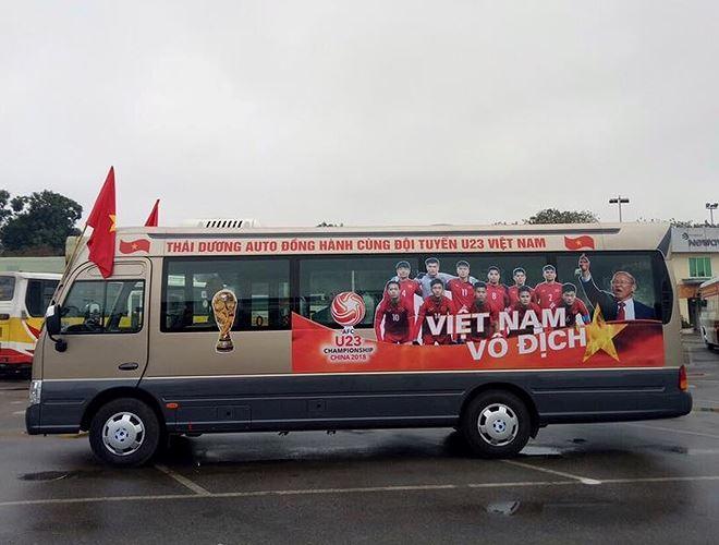 Chiếc bus 24 chỗ này, nhiều người nhìn qua có thể lầm tưởng là xe chở đội U23 Việt Nam, nhờ cách trang trí rất chuyên nghiệp